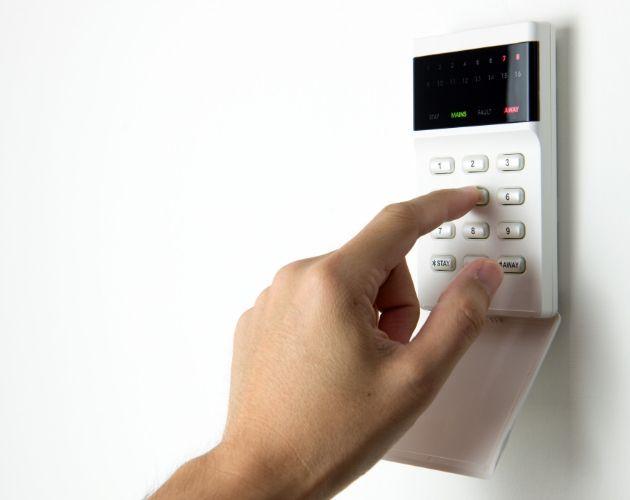 persona activando una alarma
