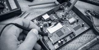 persona haciendo mantenimiento de equipos de seguridad electronica